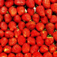 fragole rosse al mercato